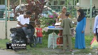 Muslim Rohingya menjalankan ibadah puasa bersama dengan Muslim lainnya di Malaysia