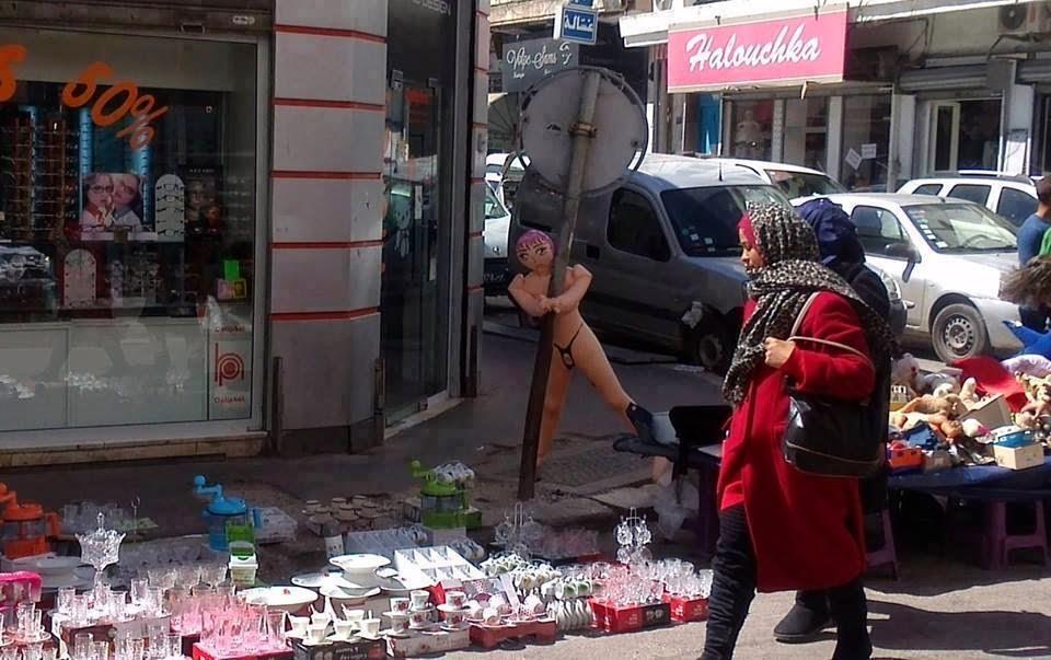 بالصور : بائع متجول يبيع دمى الجنس على حافة الطريق في العاصمة