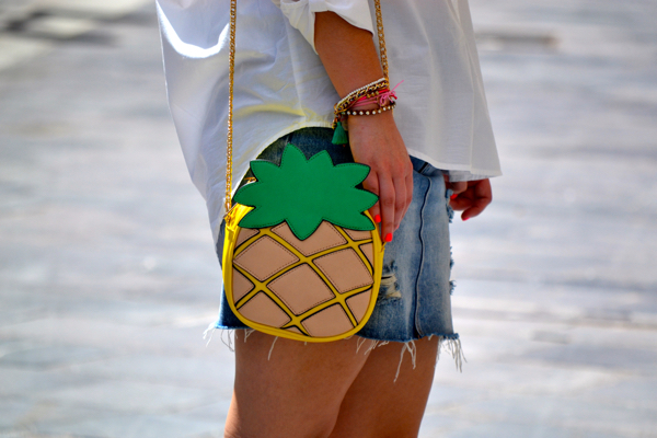 look_falda_vaquera_camisa_blanca_oversize_bolso_piña_lolalolailo_04
