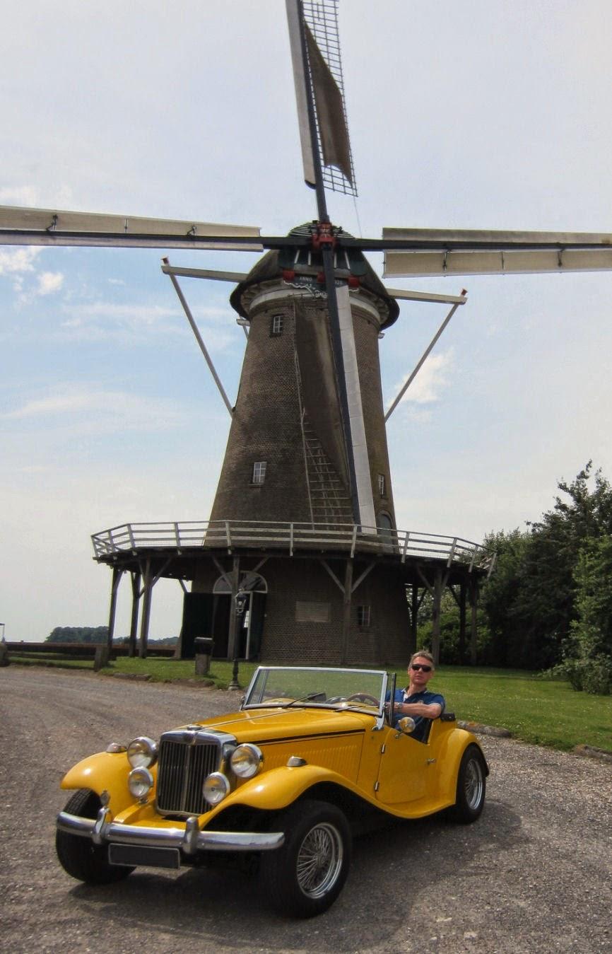 Arjan van Diggele em seu MP Lafer 1976, diante de um moinho de vento da região de Delden, Holanda.