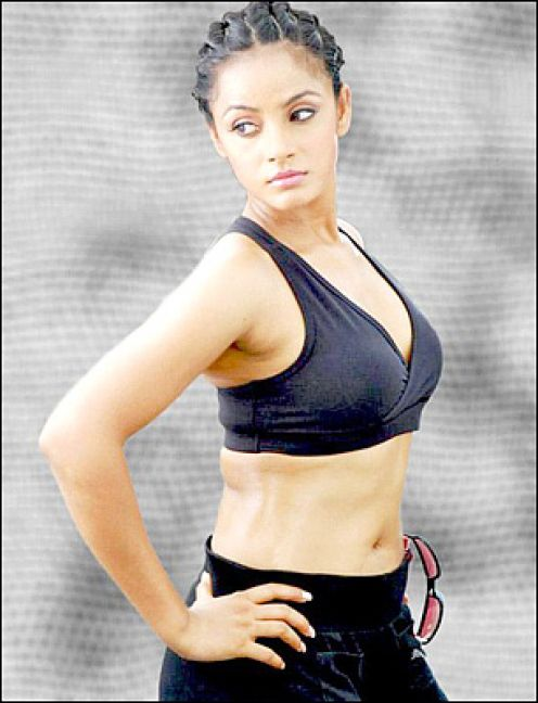 neetu-chandra-hot-navel-show