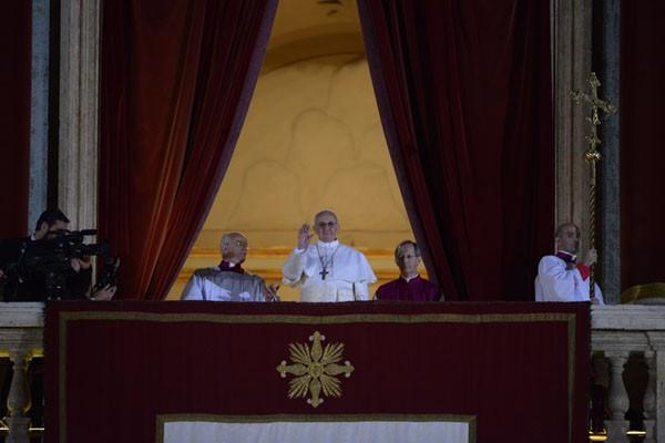 Papież franciszek błogosławi wiernym