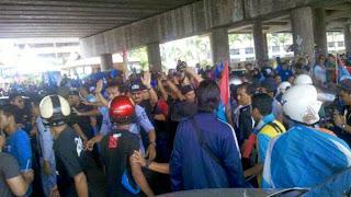 Pemuda BN belasah orang sokong PKR di SMK Tanah Liat