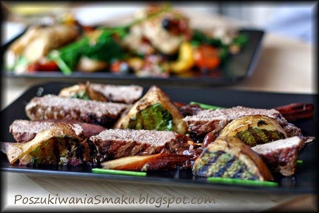 rostbef stek z pietruszką, czerwoną cebulą i zielonym pieprzem, u chłopaków