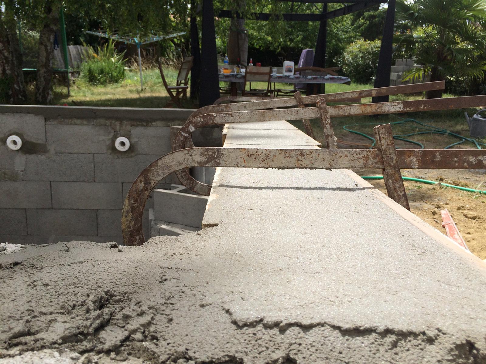 Construction d 39 une petite piscine en b ton quip e spa for Angle saillant carrelage