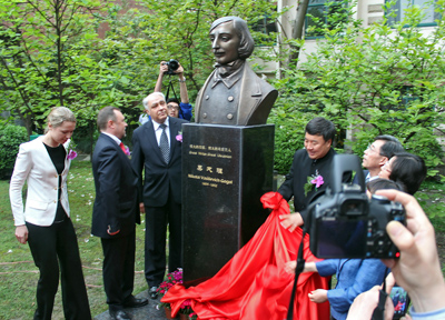 Фото Укринформ:памятник Гоголю в Шанхае