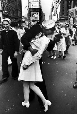 EL BESO EN TIMES SQUARE FIN SEGUNDA GUERRA MUNDIAL (01/09/1939 - 02/09/1945 (6 años, 1 día))