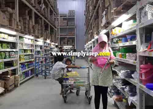 PILIH  :  Konsumen dengan nyaman memilih produk dan barang yang disukai. Pembeli dari umum juga boleh. Tidak harus.  Foto Asep Haryono