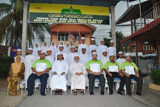 Bergambar Kenangan Bersama Penasihat Kewangan & Penaja sekolah Datuk Dr Haji Rozmey Bin Che Din