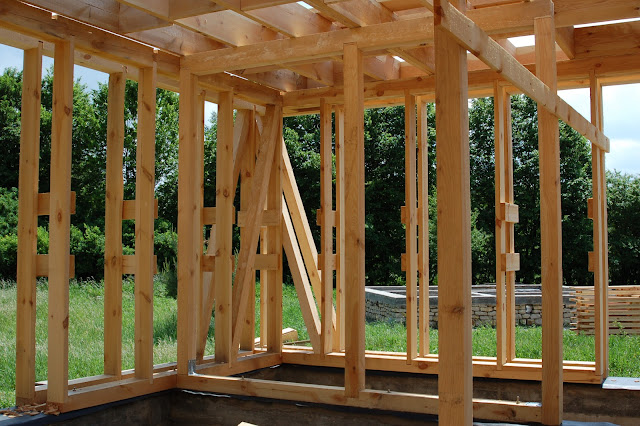 Dom-drewniany-w-czasie-budowy