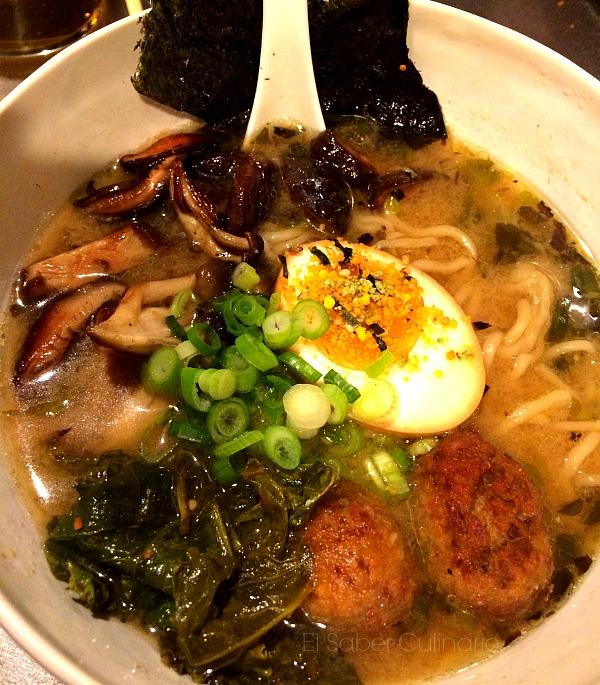 miso dashi ramen: sopa de fideos con albóndigas, huevo y cebolleta china