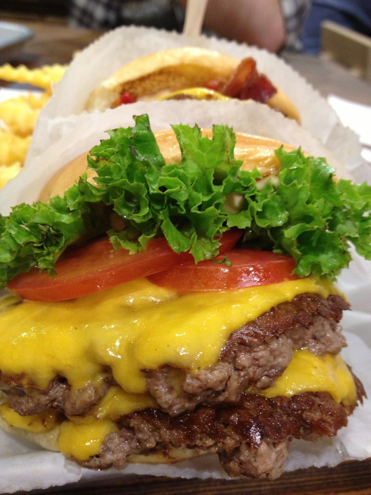 Shake Shack: Hamburguesa doble con papas fritas.