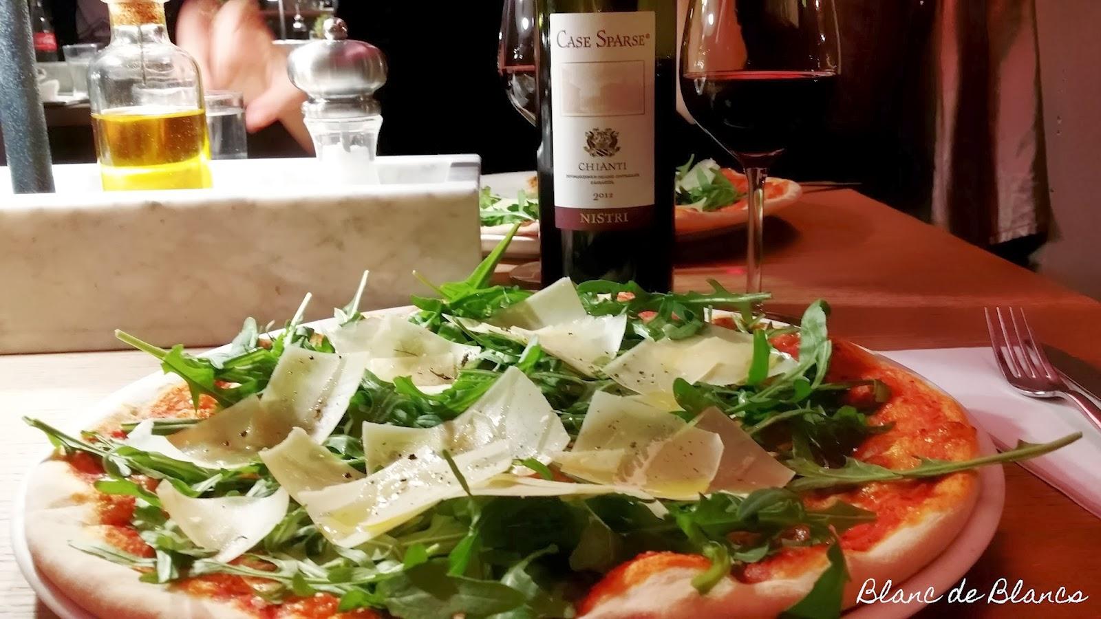 Vapiano pizza rucola ja Chianti - www.blancdeblancs.fi