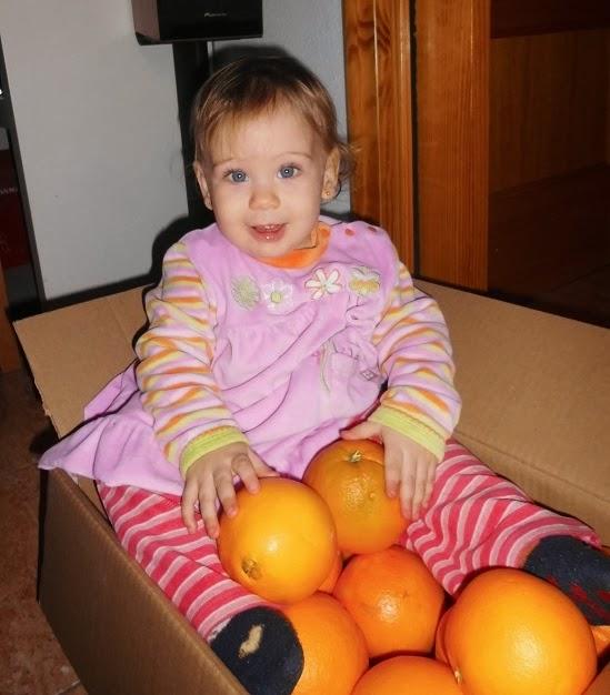 mi niña con sus naranjas