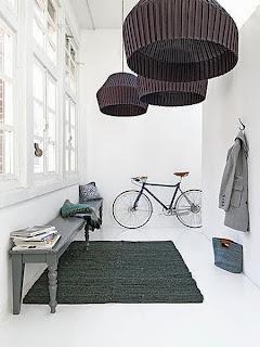 Czarny dywanik w przedpokoju