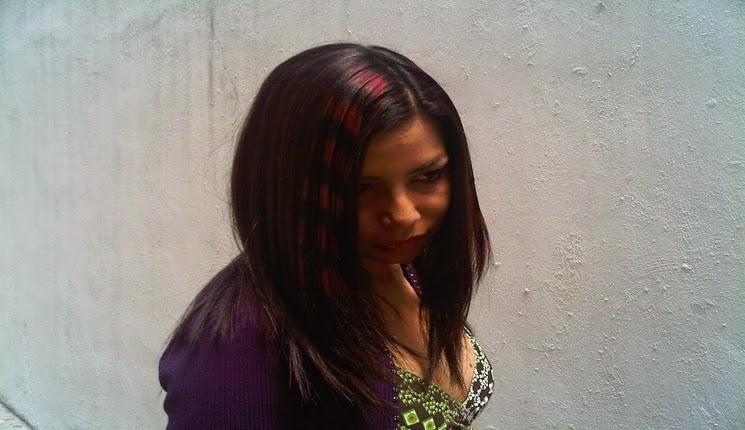 cabello oscuro con mechones rojos