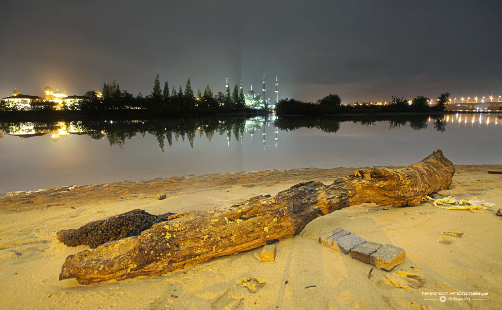 Sungai di Losong waktu malam dengan Masjid Kristal