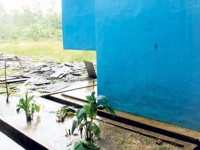 """Maut tergelincir bumbung sekolah, KUANTAN: """"Saya selalu berpesan kepadanya supaya berhati-hati ketika bekerja memandangkan hujan kebelakangan ini, tetapi sejak dua hari lalu, saya berasa berat mulut untuk berbuat demikian,"""" kata Sitah Che Omar, 66, ibu kepada buruh yang maut terjatuh dari tingkat empat ketika memasang bumbung bangunan Sekolah Menengah Kebangsaan (SMK) Pandan, di sini, semalam."""
