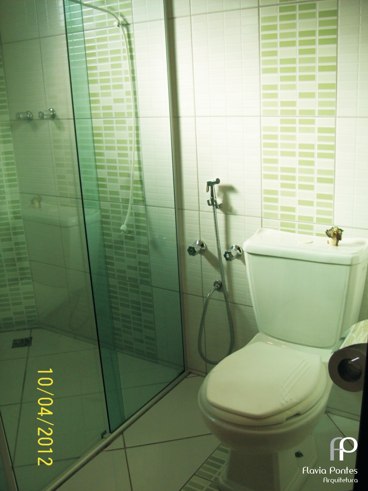 também é na cor verde assim como alguns objetos decoração #A19C2A 1199x1600 Banheiro Branco Com Pastilhas Verdes