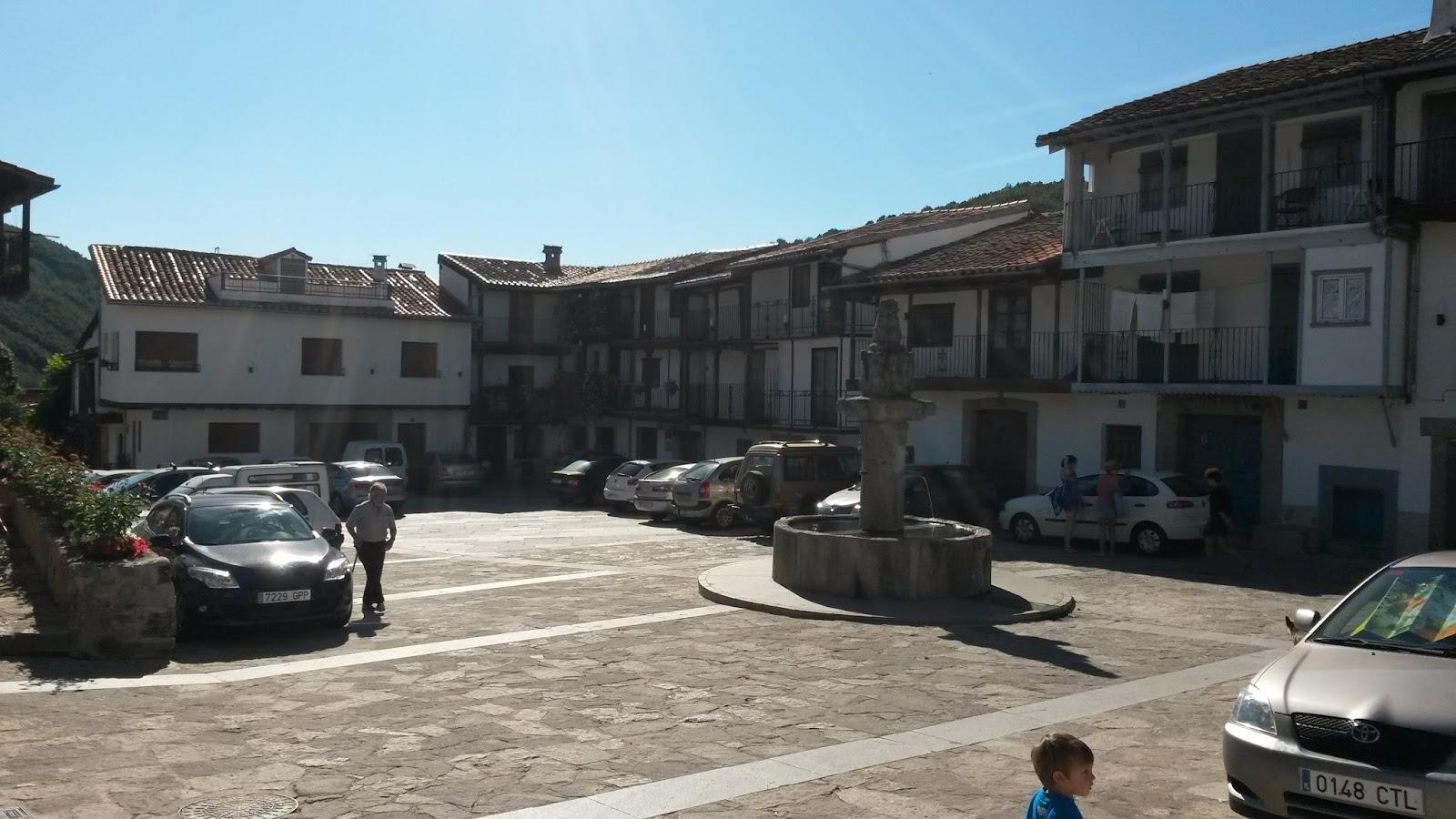 Plaza Mayor, presidida por la Fuente de la Picota