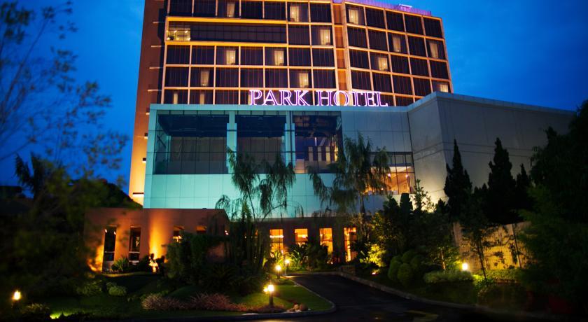 Berada Di Kawasan Cibeunying Kidul Anda Akan Ditawarkan Pemandangan Indah Kota Bandung Saat Malam Hari Dari Ketinggian Hotel Murah Ini