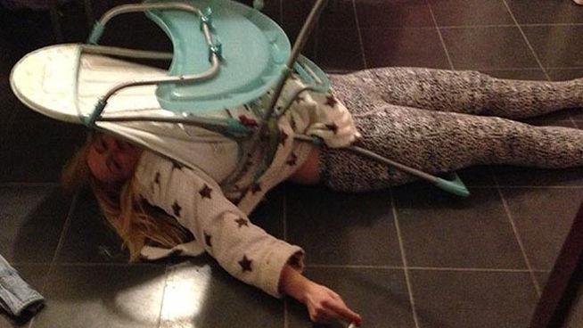 Mujer borracha se queda atascada en silla de bebé (fotos)