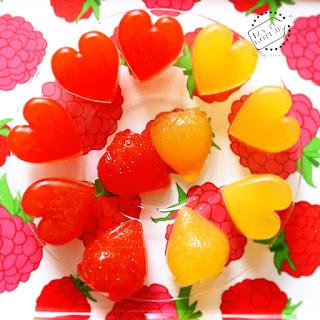 http://www.izagotuje.pl/2015/06/domowe-zelki-owocowe-zdrowe-dietetyczne-slodycze-bez-cukru-dla-twojego-dziecka-poki-zelki-zamiast-niezdrowych-zelkow.html