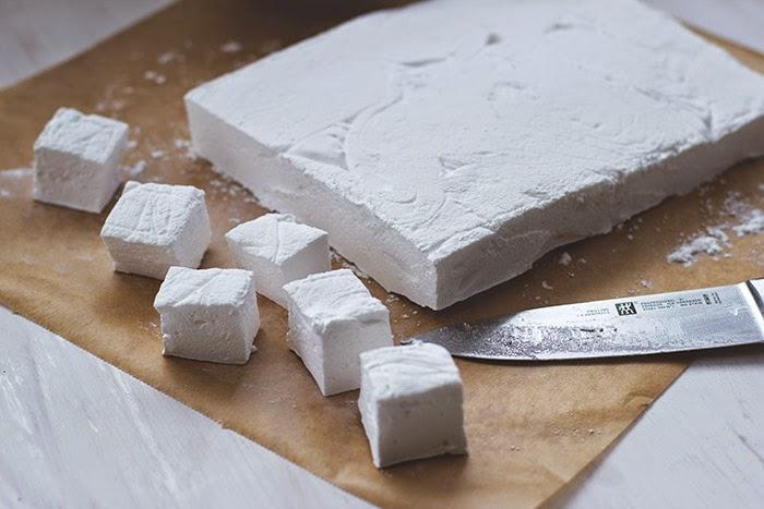 ausgehärtete Marshmallowmasse, die gerade in Würfel zu Marshmallows geschnitten wird