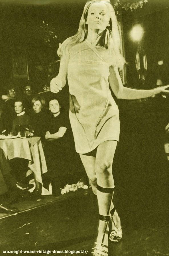 Victoire Ensemble en toile de store rayée : Mireille Mathieu approuve . 1960 60s 1967 mod dress robe fashion vintage sixties twiggy Destiné au Prêt-à-porter , ce modèle a été conçu il y a un an : très bon marché , il rivalise pourtant avec les audaces de la Haute Couture . Pour cette présentation de mode, il n'y a définitivement pas de chaises dorées .  Les banquettes de chez Castel les remplacent . Les mannequins défilent en dansant . Le président Rosko, l'animateur de Radio Luxembourg a choisi la musique . Dans la salle, les plus grands journalistes américains sont là , ils savent pourquoi . cet après midi là, c'est la bataille du prêt-à-porter qui se joue . Les modèles dessinés par Victoirene sont pas seulement des ballons d'essai . La plupart seront vendus aux U.S.A dans une chaine qui compte 1700 magasins . Ils vont tous descendre dans la rue . Et dans la salle, le Tout-Paris lui aussi applaudit : la mode n'entrave plus la femme, elle la libère  La collection est sous le signe du rythme .