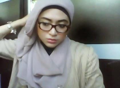 Kreasi Simple Jilbab Paris untuk Wanita Berkacamata 3