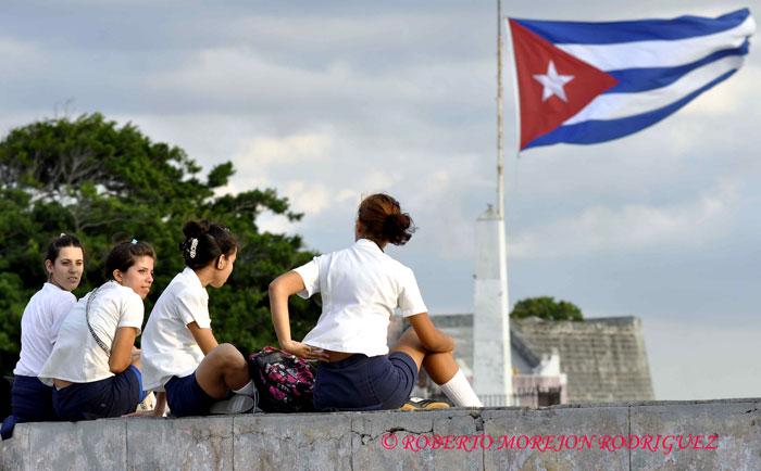 Estudiantes de enseñanza media en la Fortaleza San Carlos de la Cabaña, durante el desarrollo de la XXII Feria Internacional del Libro Cuba 2013, en la Habana, el 21 de febrero de 2013.