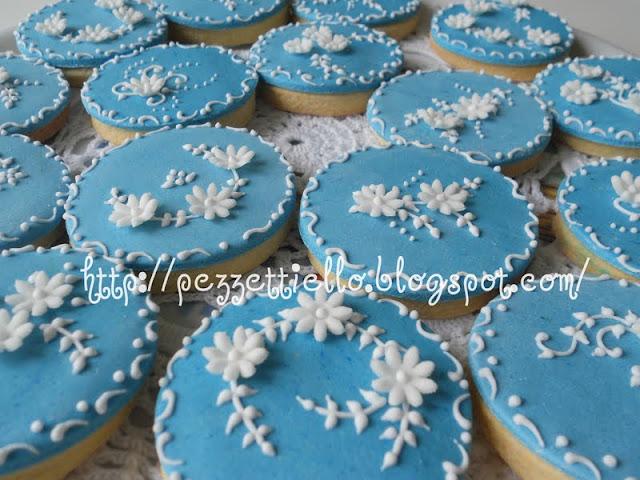 Biscotti decorati in ghiaccia reale azzurri