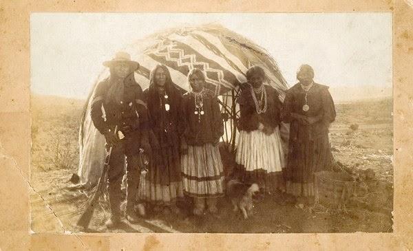 Apache-Indian-tribe-hut-house-family-photo-Arizona-1880.jpg