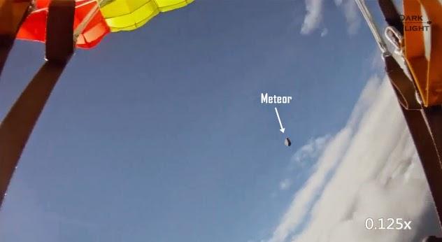 Sebuah Meteor Nyaris Menabrak Penerjun Payung