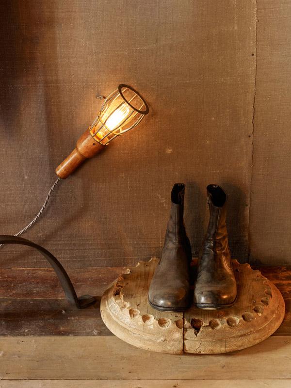 exposicion de zapatos de diseño con lampara de mano