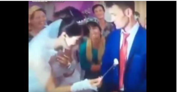 بالفديو :عريس ينفعل على عروسته ويضربها أمام المدعوين!!