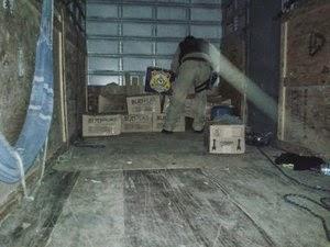 Após desconfiar de dupla, polícia revistou interior do veículo, onde encontrou drogas e dinheiro falso (Foto: Divulgação/PRF)