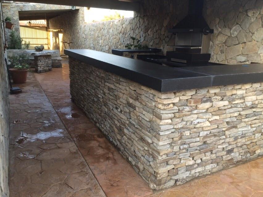 Reformas y construcciones enrique guerrero patio r stico for Cocinas con piedras decorativas