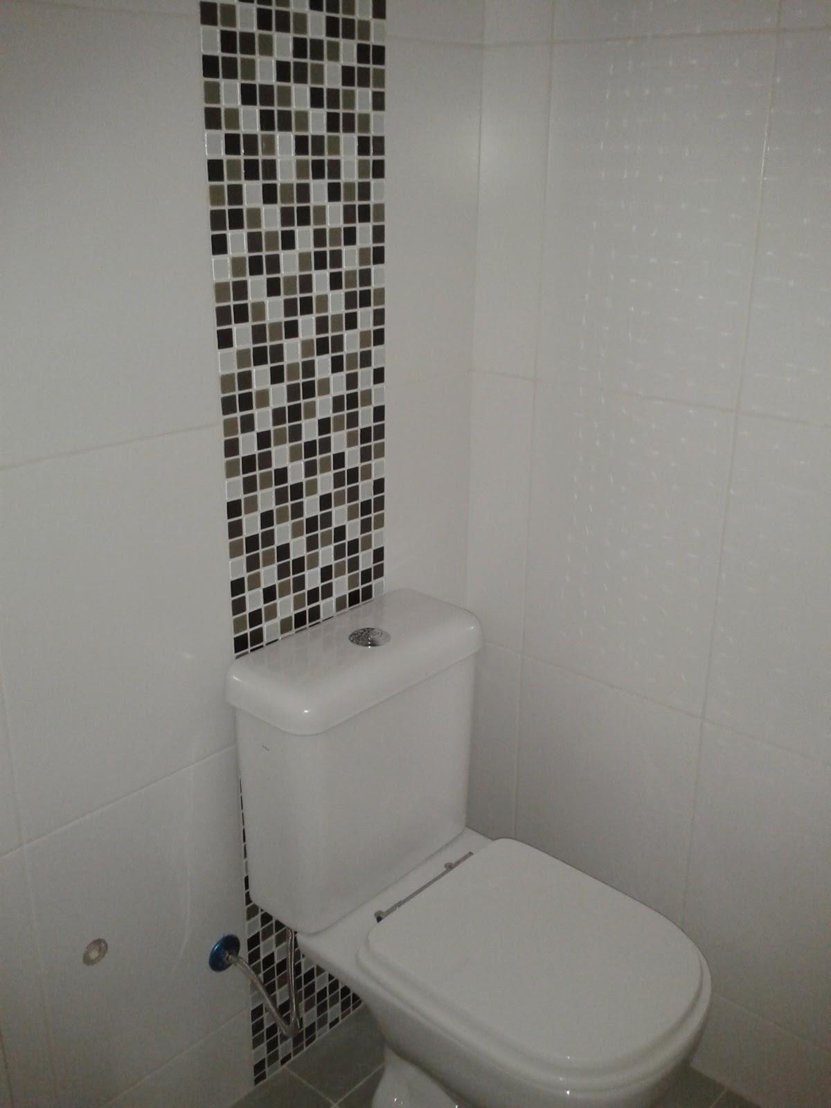 Era uma vez um banheiro rosa Antes e Depois Minha Casa #3B5B6F 1200x1600 Banheiro Com Pastilhas De Vidro Na Vertical