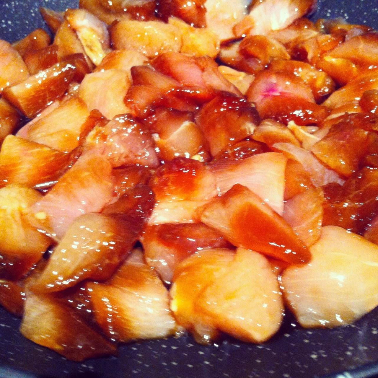 Pollo macerado en salsa de soja con verduras, friendo el pollo.