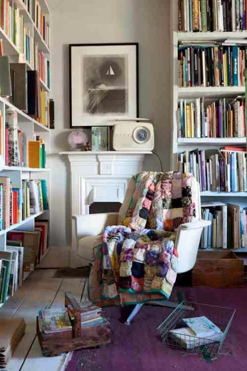 Białe regały na książki, domowa biblioteka