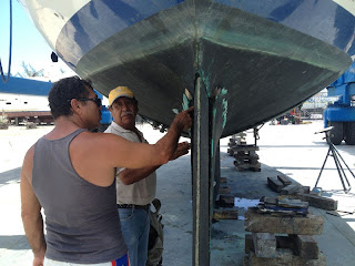 Nazario and Roberto discuss how to repair the damaged skeg