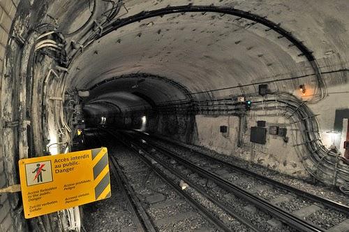 Wnętrze tuneli metra w Paryżu