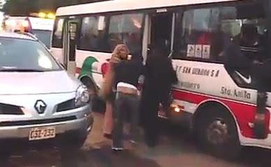 mujer le pega a un hombre que no le dio asiento en la coaster
