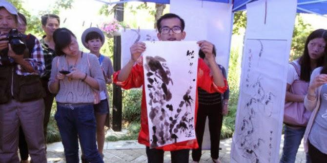 Han Xiaoming Menunjukan Hasil Karyanya