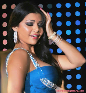 Haifa Wehbe singing song at stage show