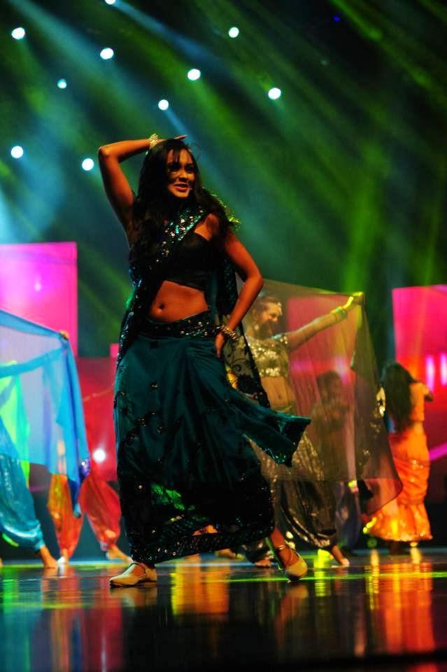 Ureni Noshika navel dance