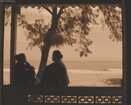 Wanita di tepi pantai