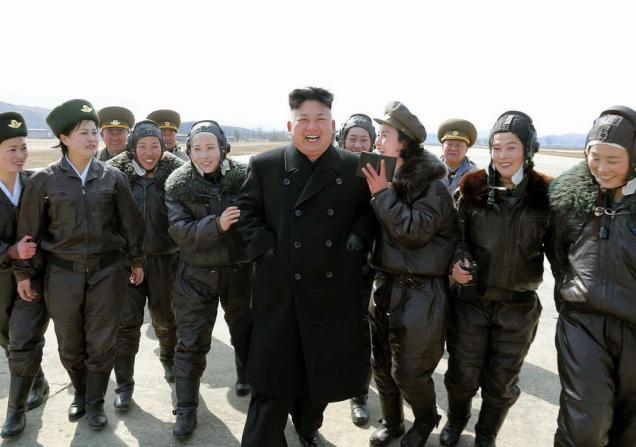 Mujeres soldado norcoreanas rompen filas y rompen a llorar
