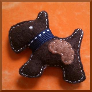 broche fieltro perro marrón